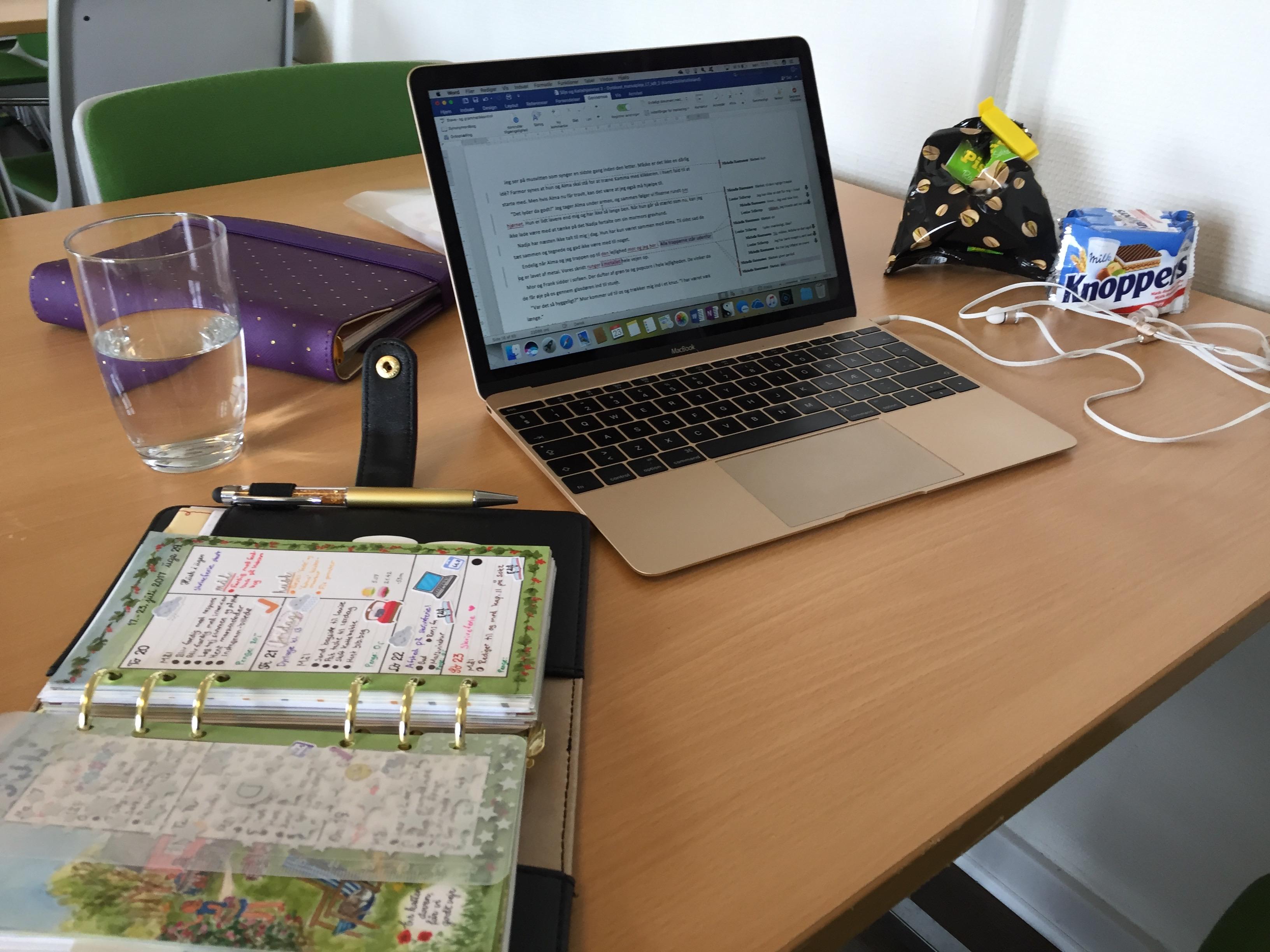 På skriveferie med HUF - Computeren sat op og klar til at redigere.