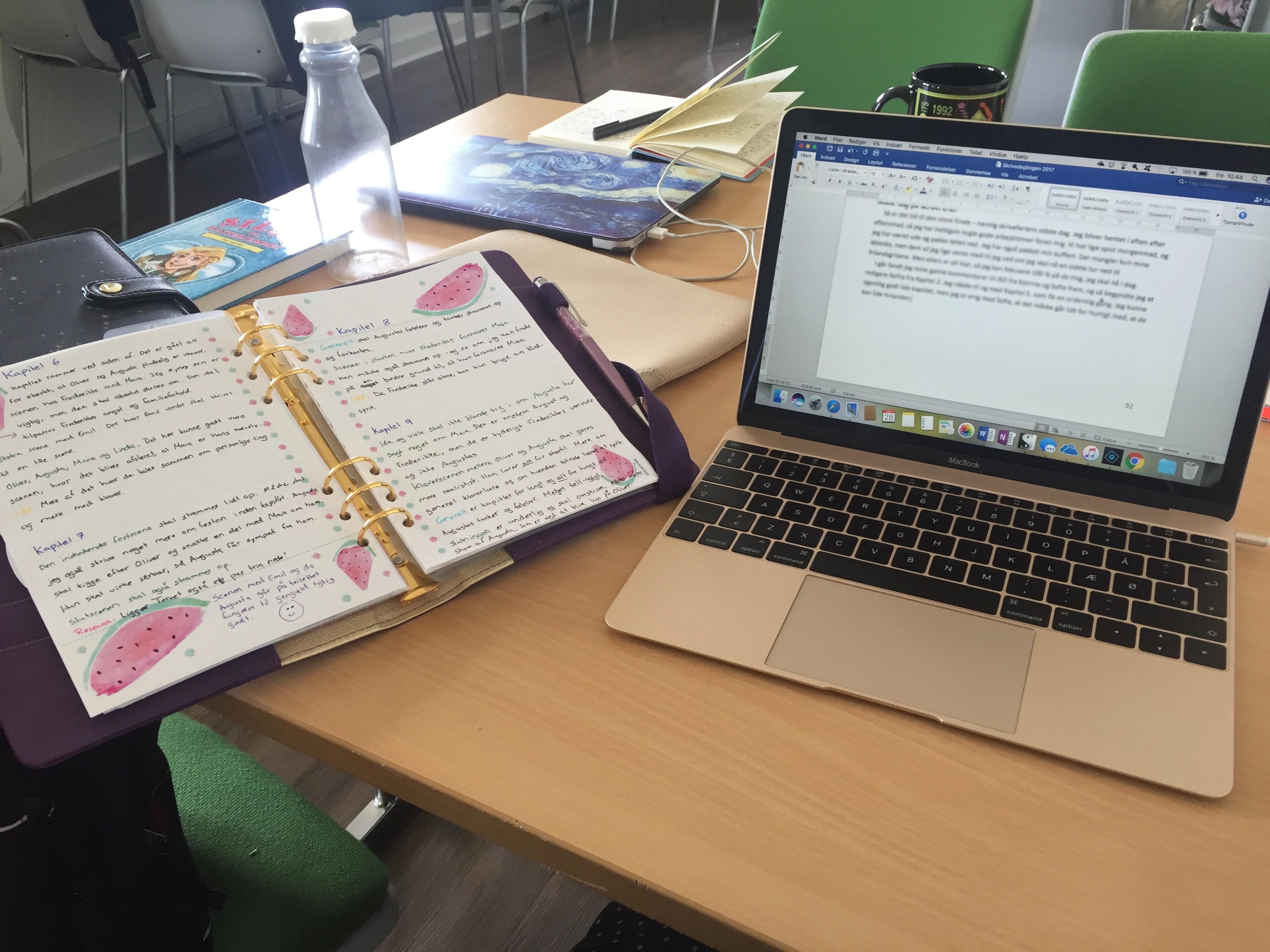 Skriveferie med HUF - Rodet bord med tændt computer.