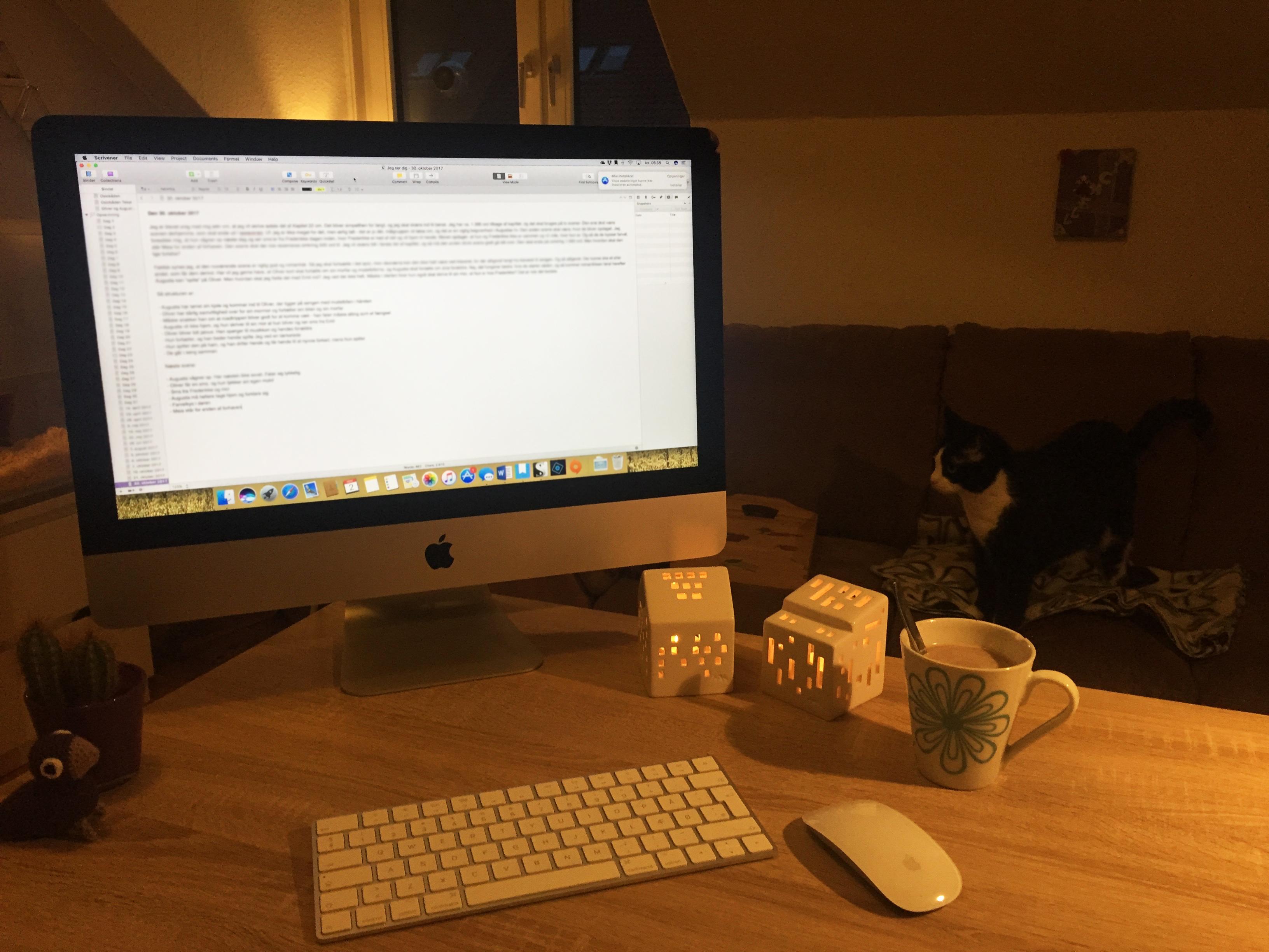 Novemberudfordring - Billede af tændt computer tidligt om morgenen