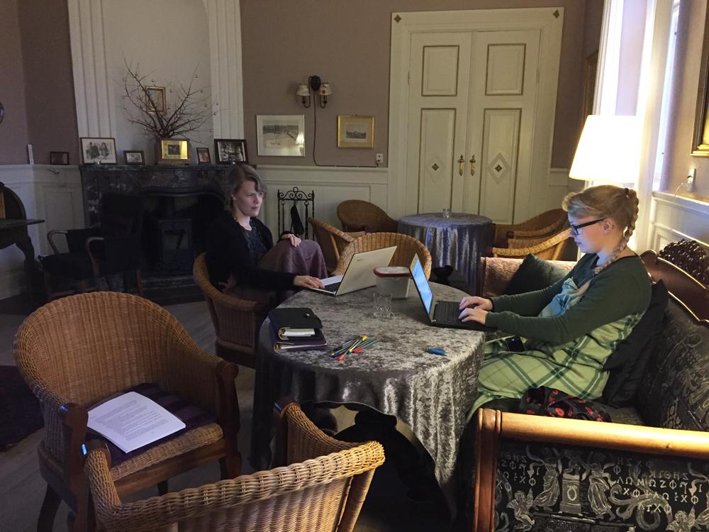 Forfatterstatus: Stemningsbillede fra Hald Hovedgård sammen med forfatterne Katrine Skovgaard og Trine V. Ipsen.