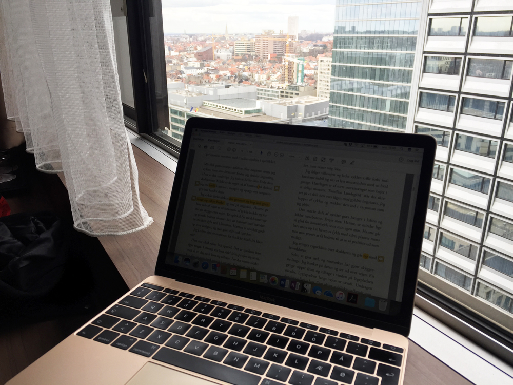 Forfatterstatus: Korrekturlæsning af Stalker i et ledigt øjeblik på min studietur til Bruxelles.