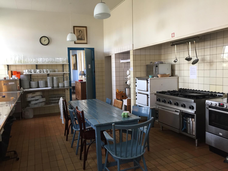 Blåt bord i køkkenet på Hald Hovedgaard