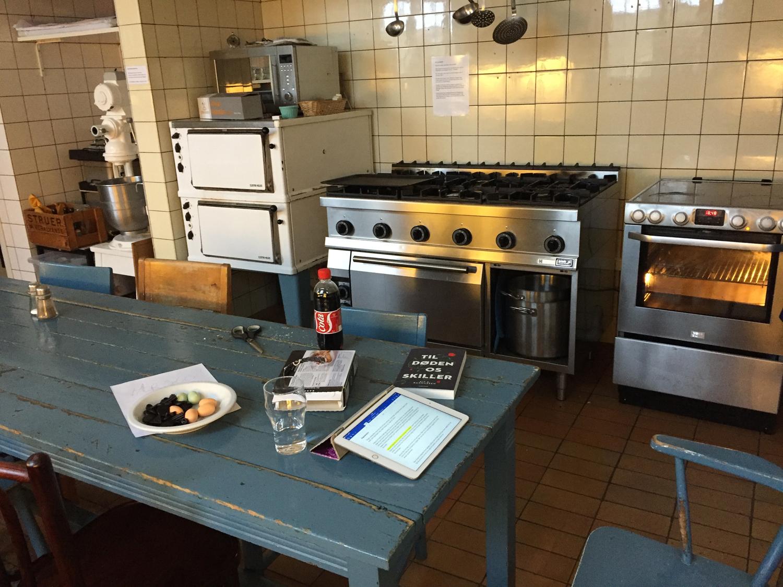 Mine ting er spredt ud over det blå bord i køkkenet på Hald Hovedgaard